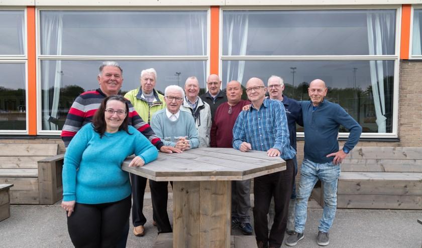 Leden van de werkploeg van A.V.V. Alphen houden hun club groot. Foto: Verël Fotografie
