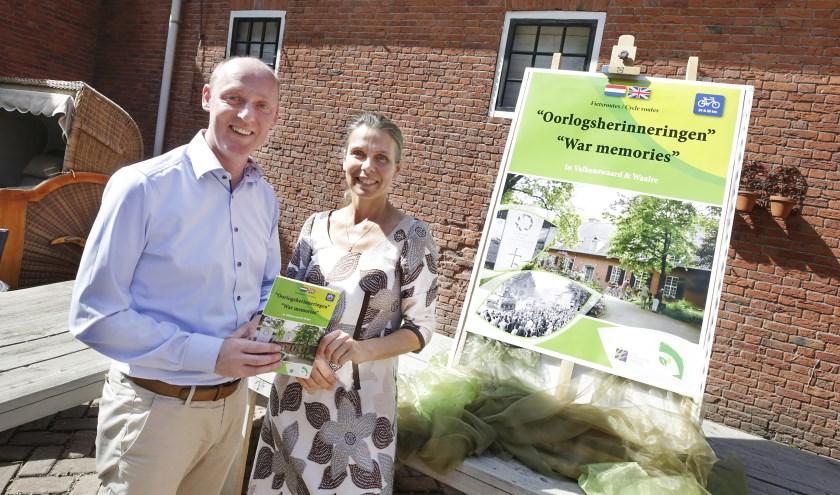 Ferry Das en Olga Jonk hebben zojuist het fietsrouteboekje onthuld. Foto: Jurgen van Hoof
