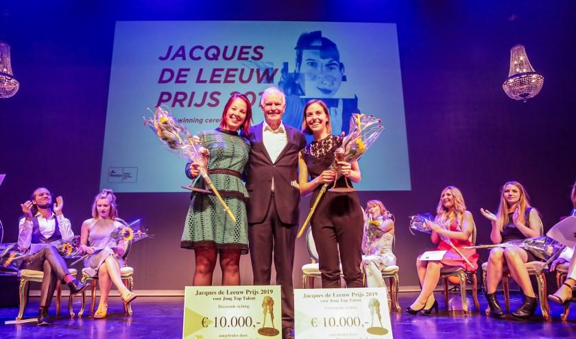 Ruby Kieft, Dhr. Van Wijk (Stichting Jacques de Leeuw) en Claire Adams. foto: Koektrommel Studio
