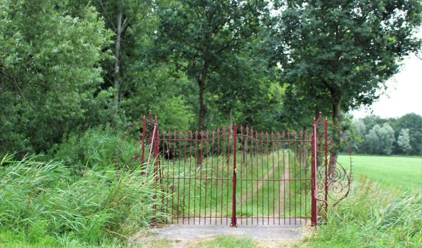 De rode poort aan de weg van Elshout naar Oudheusden markeert de toegang tot Landgoed PAX. Foto: