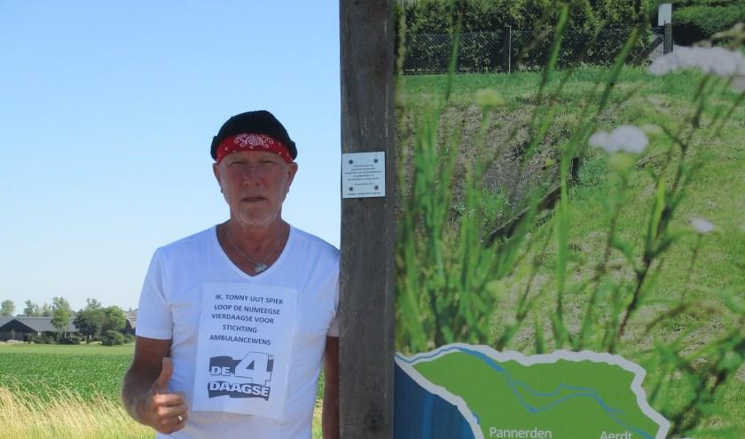 Tonny oefent nu nog in Spijk voor de Nijmeegse Vierdaagse. Hij loopt de grootste wandeltocht van ter wereld voor de eerste keer. (foto: PR)