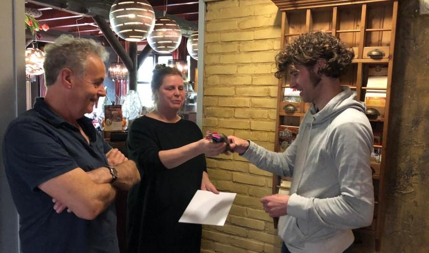 Rene van Meurs en Ivette Clausman hebben officieel de sleutels overgedragenvan hun restaurant aan Johan Jonkers.