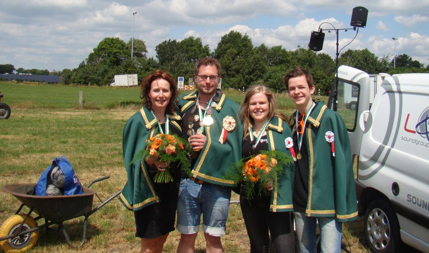 Koning Peter Huisman, koningin Monique Ubbink, jeugdkoning Hessel Nijrolder en jeugdkoningin Fleur Ribbers.