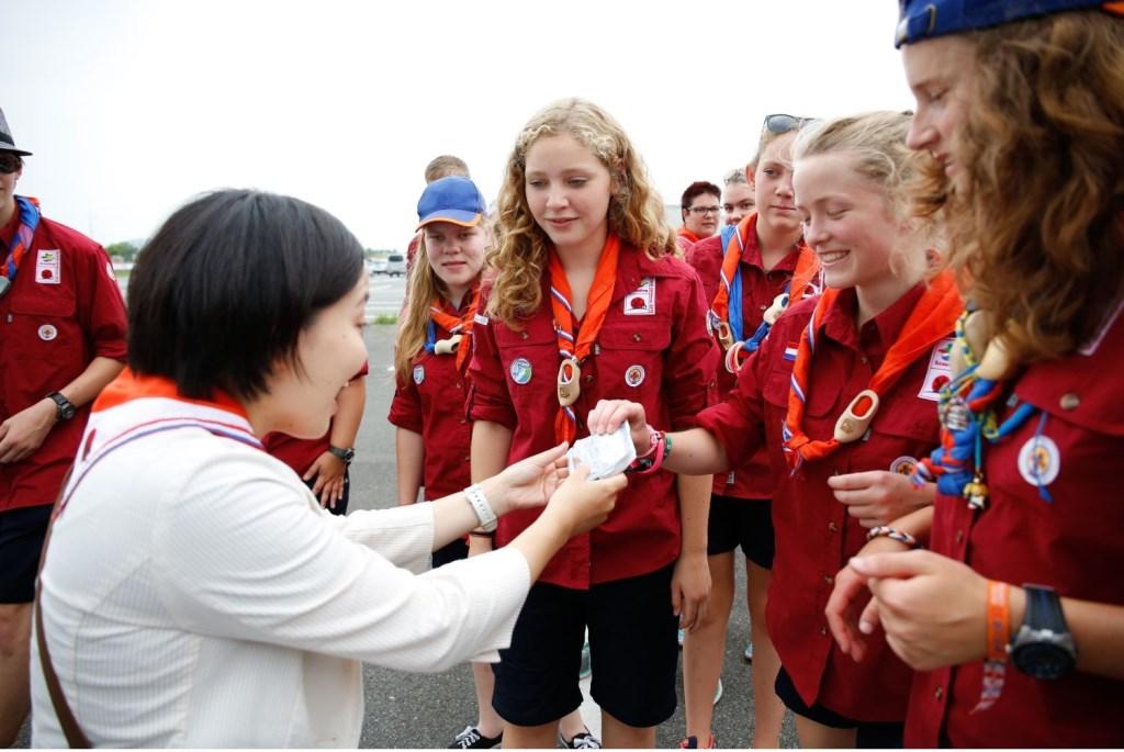 Nederlandse scouts bedanken hun gids tijdens de World Scout Jamboree in 2015 in Japan. Foto: Liam Painter Foto: Liam Painter © DPG Media
