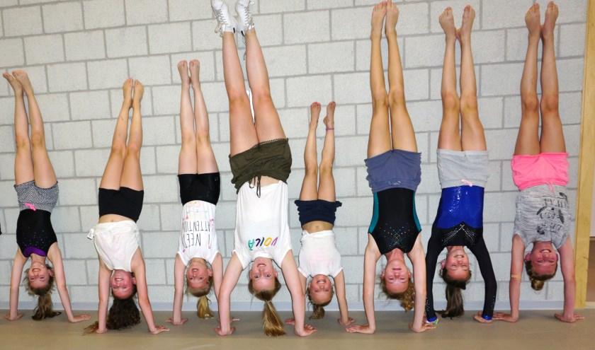 De meiden van de selectiegroep turnen van Unitas in Doorn laten spontaan zien wat ze kunnen. Anne van Cooten staat vierde van links. Foto: Ellis Plokker