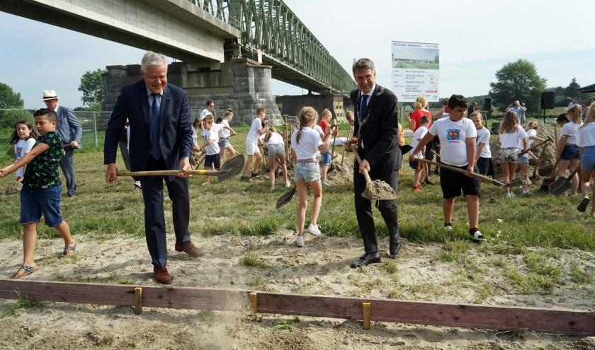 Burgemeester Hillenaar en Gradisen zijn verheugd met de komst van de nieuwe brug. (foto: Tom Oosthout)