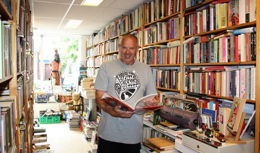 Willem Godefroy in zijn boekwinkel op Nieuwstraat 90 in De Bilt. FOTO: Astrid van Walsem