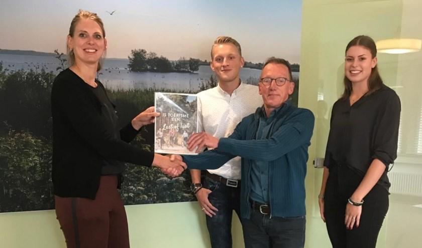 Marije Storteboom neemt de resultaten van de bijeenkomst 'Toerisme, lust of last?' in ontvangst. (Foto: Gemeentebelangen)