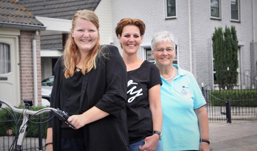 Drie generaties Hellouwse bezorgsters van Weekblad West Betuwe. V.l.n.r.: Dominique, Marieke en Wouterina. (foto: Arno voor de Poorte)