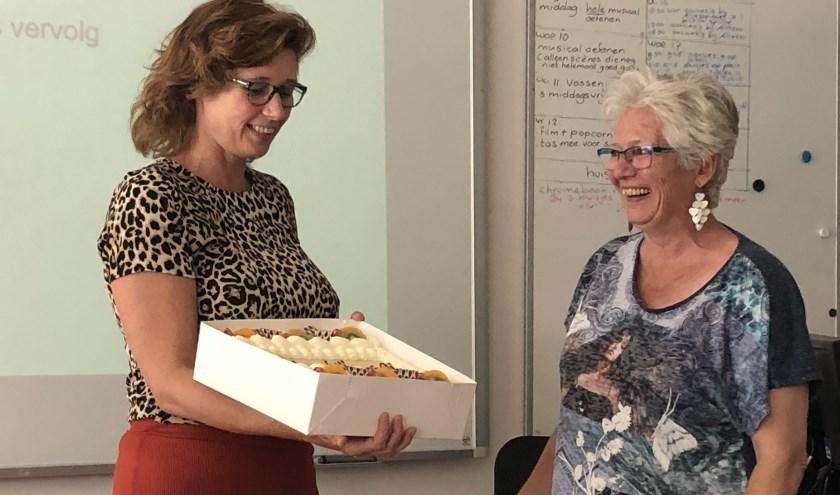Juf Helma Heesterman (l) staat 25 jaar voor de klas en intern begeleider Juf Hanny Braat al 40 jaar. (foto: pr De Schelp)