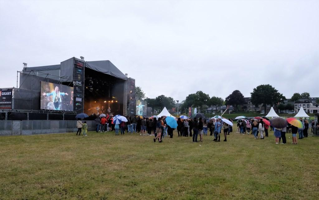 De Rijnweek begon met regen en dus was er weinig publiek.(Foto: Max Timons)   © DPG Media