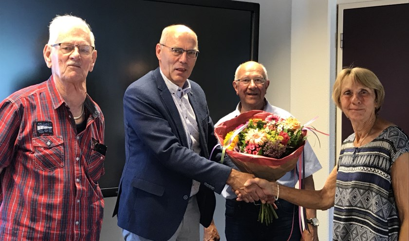 Wethouder Ton Spaargaren feliciteert de leden van de stichting.