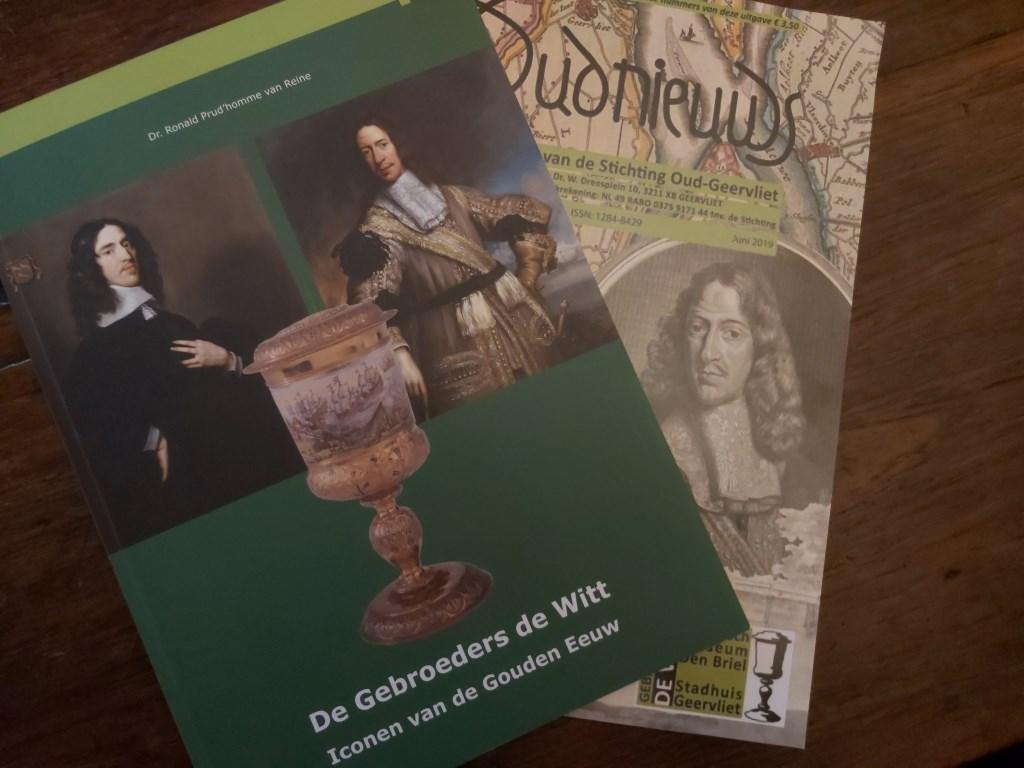 Bij de tentoonstelling zijn een boek en een tijdschrift te koop. (foto: Arco van der Le)  © DPG Media