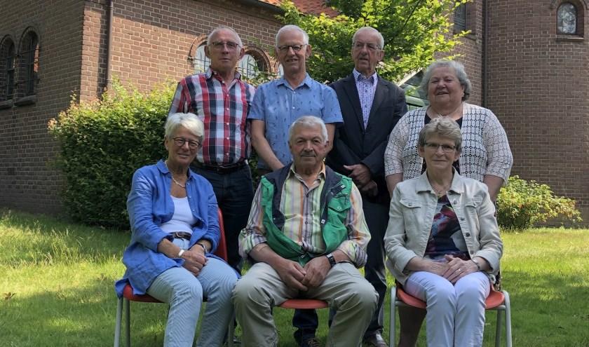 Het bestuur van KBO Neede met zittend van links naar rechts Willy Klein Nijenhuis, Herman Heuwer en Annie Orriëns en staand van links naar rechts Frans Orriëns, Corrie ter Huurne, Frans Thuinte en José Haverkamp.