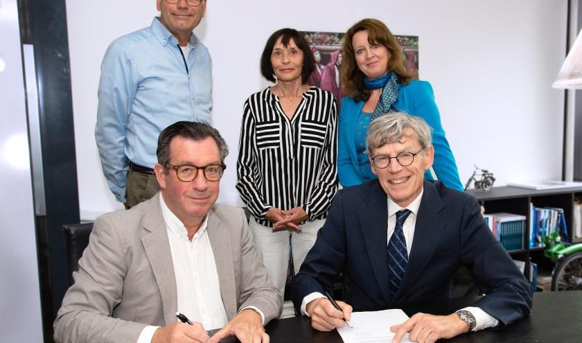 Vooraan tekenen Ger Jacobs en Bart Berden de intentieverklaring. foto: ETZ Fotografie & Film/Ellen den Ouden