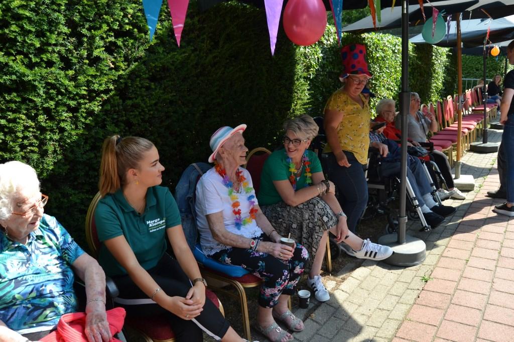 Feestelijk geklede senioren genieten van intocht Zwarte Cross-gangers. Foto: Karin Stronks  © DPG Media