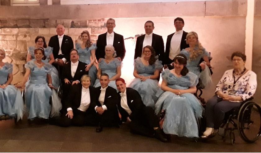 De groep rolstoeldansers, met staande derde van rechts Nel en Henk van der Vegte.