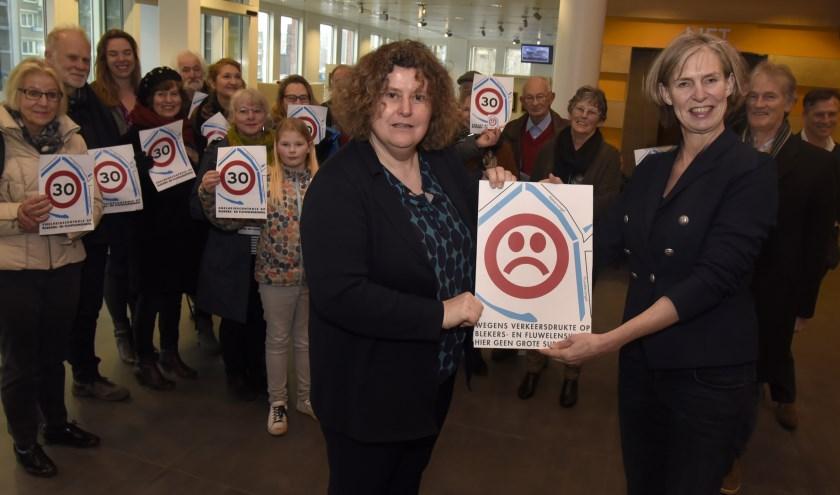 Eerder overhandigde Jolanda Alkemade (r) namens de Singelbewoners een petitie aaan wethouder Hilde Niezen (l) Foto: Marianka Peters