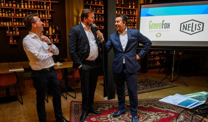 Tijdens een bijeenkomst van de 'Social Club' in brouwerij De Prael interviewt wethouder Rachid Guernaoui sociaal ondernemers Renzo Deurloo (links) en Ian Smeyers.