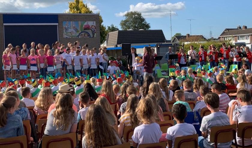 Kinderen van basisschool De Bron en muziekvereniging De Eendracht.