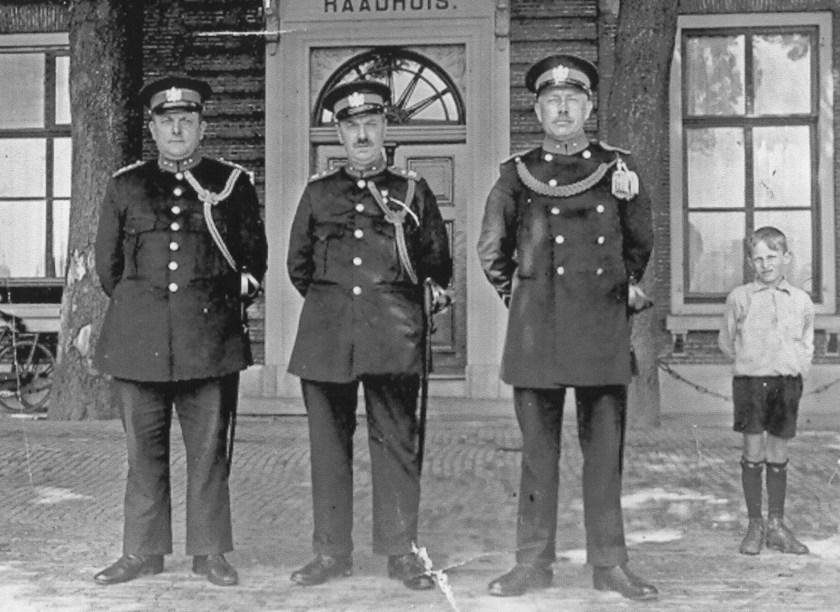 Op de foto uit 1932 politieagenten voor het voormalige raadhuis.