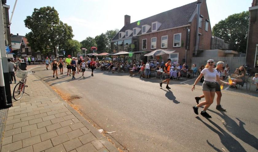 De Vierdaagse-wandelaars (50 km) verlaten dinsdag 16 juli bij De Buitenpoort het centrum van Huissen, kom ze daar aanmoedigen!
