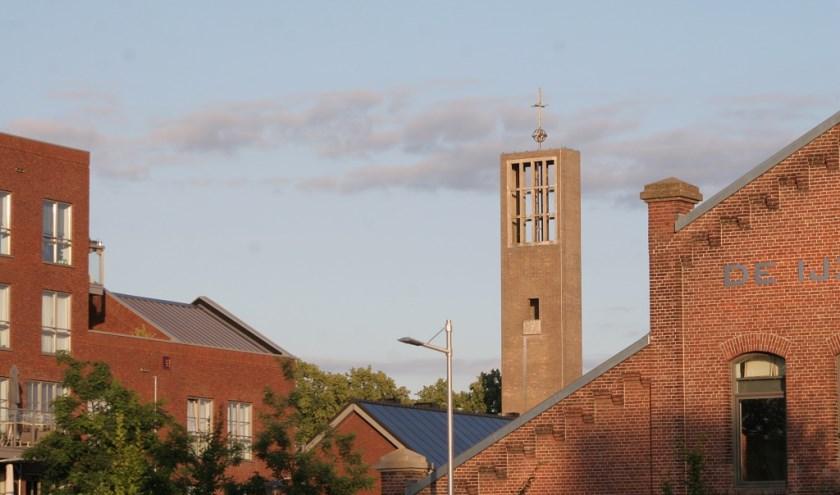 Samen met een voormalige ijzergieterij, pastorie en schoolgebouw aan de Betuwestraat getuigt deze toren nog van een vroeger wijdvertakt rooms-katholiek parochiecomplex.