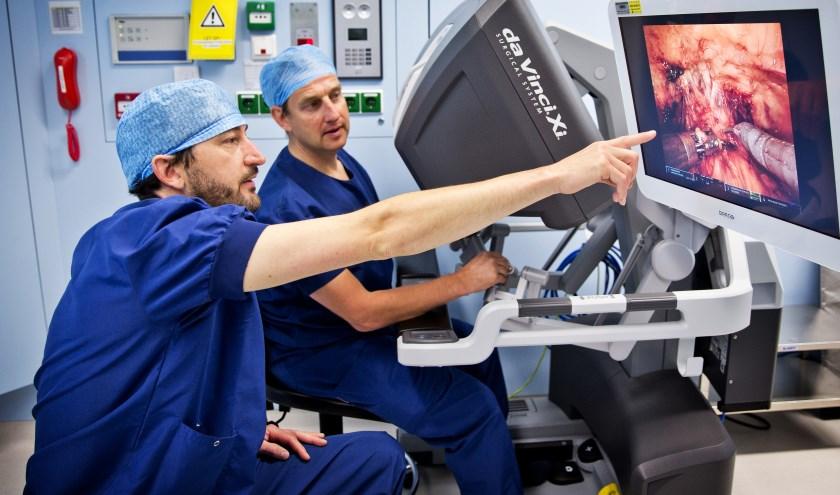 Urologen Jasper Tijsterman en John van der Hoeven (v.l.n.r.) opereren al sinds 2017 gezamenlijk met behulp van de Da Vinci-operatierobot.