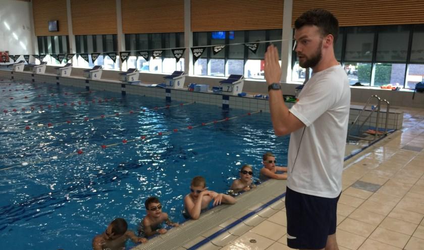 Olympiër Sebastiaan Verschuren geeft een zwemclinic met borstcrawltips aan leden van ZV De Geul (foto: Nanda van Heteren)