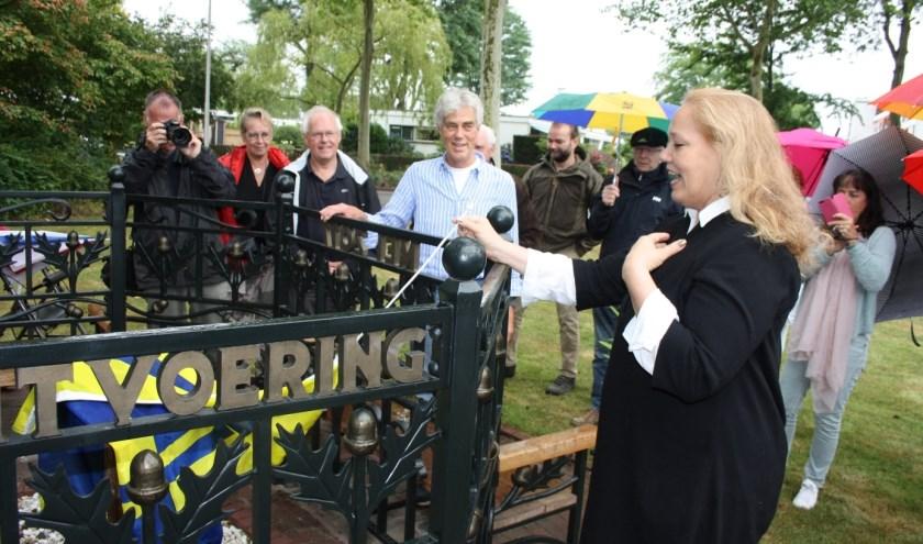 Stadsdichteres Larissa Verhoeff onthult de plaquette met het gedicht dat ze maakte voor de Elterse Hof.