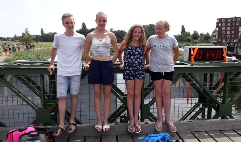 Wesley Peters, Joyce van Suntenmaartensdijk, Aury van Rookhuijsen, Luna van Rookhuijsen. op de brug waaronder de start en de finish van de wedstrijd is.