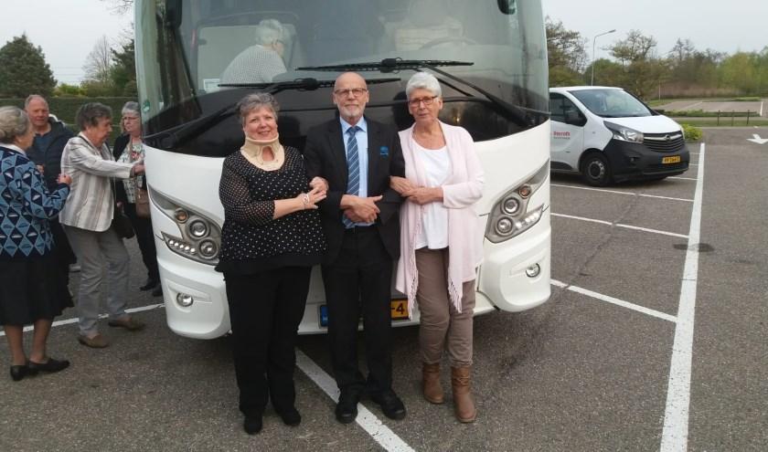 Sandra, Willem (buschauffeur) en Elly tijdens een dagje uit met flatbewoners van Waardzicht.