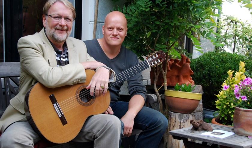 Duo de Troubadours treden tussen de voordrachten van de dichters op in de recreatiezaal van verzorgingshuis Siloam in Hoogvliet.