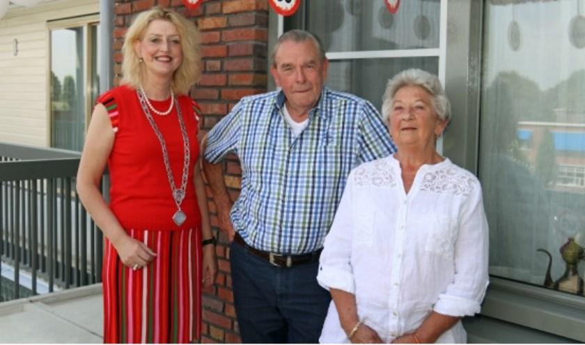 Het echtpaar Alebregtse-de Koning werd donderdag gefeliciteerd door burgemeester Reinie Melissant-Briene. Eigen foto