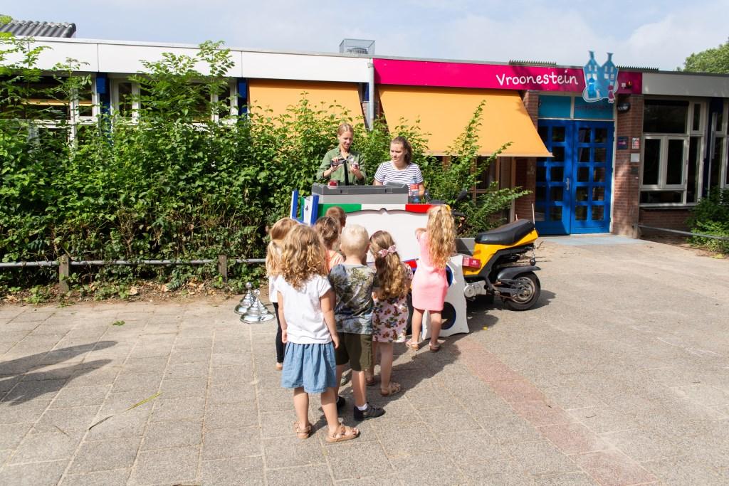 Leerlingen netjes in de rij voor een lekker ijsje. Foto: Pastpresentfotografie © DPG Media