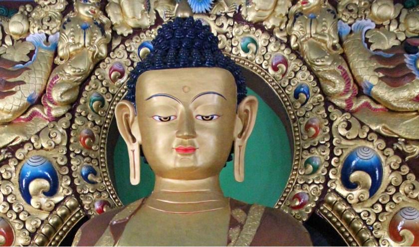 Beeld Buddha Sakyamuni in Dzogchen tempel.