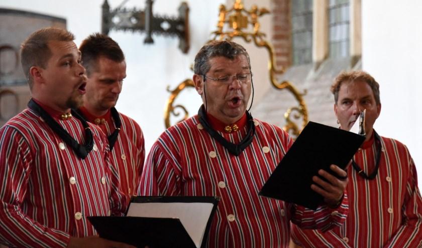 De Urker Mans Formatie geeft een concert in de Hervormde Kerk.