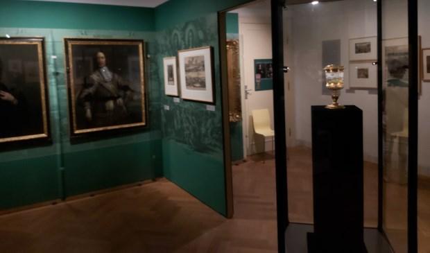 De mooi verzorgde zaal in het museum. In de vitrine staat de drinkbeker. (foto: Arco van der Lee)  © DPG Media