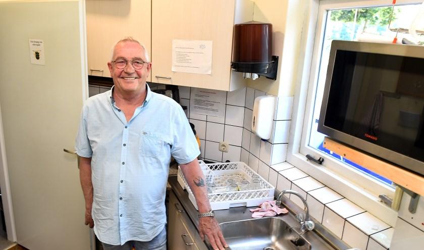 Voorzitter Cees Vikkerman van de WAO-club Gaanderen krijgt een keukentje om samen te leren koken en eten. (foto: Roel Kleinpenning)