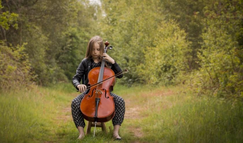 Mirjam van Steenis maakte deze foto van een cellospeelster in het bos. De foto kreeg de meeste punten van de jury van de GO-fotowedstrijd en is vanaf zondag 25 augustus tot en met 22 september te zien bij de expositie 'Crossings – Art & Sport'.