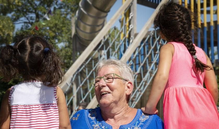 Vrijwilliger Ruth ondersteunt een gezin. FOTO: CORIEN DE WITTE