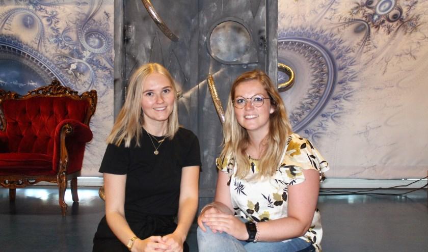 Denise Bothof en Cynthia de Graaf voor de tijdmachine. Foto: Annemarie van der Ploeg