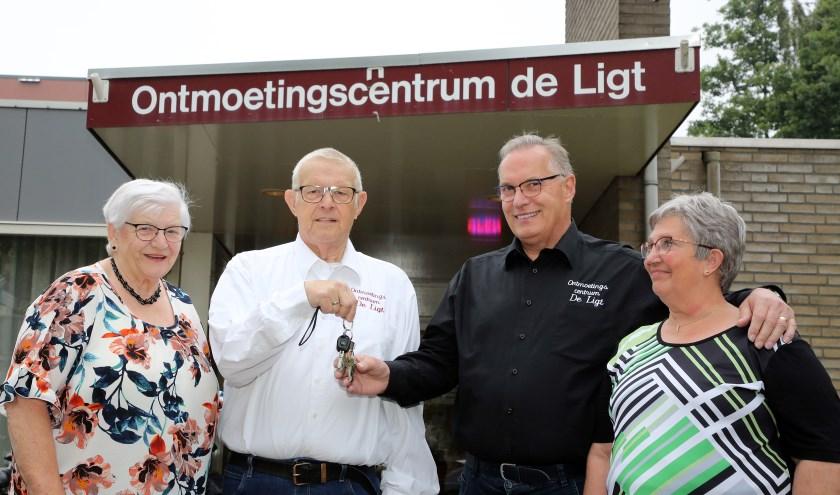 Henny en Jan Tittel dragen de sleutel over aan Ton en Hetty Govers. FOTO: Theo van Sambeek.