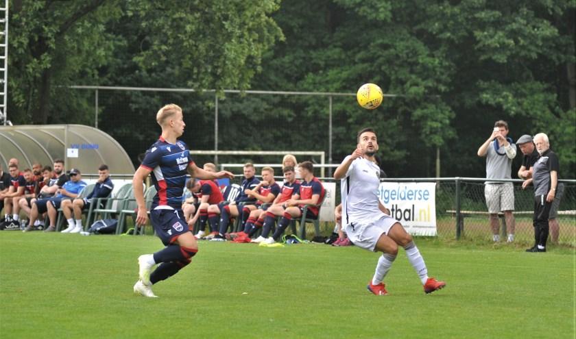 Het Schotse Ross County in een oefenduel tegen Global Football Academy, dat zijn profvoetballers die geen contractverlenging kregen. Ex-Vitesse speler Anil Mercan (wit shirt) in fel duel. (Foto: gertbudding.nl)