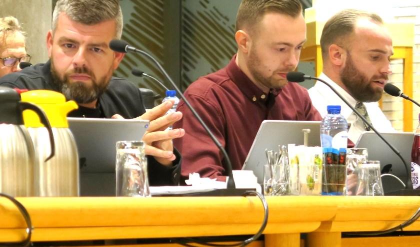 Lucien Westbroek (midden) vraagt zich af of men nog vertrouwen in het management van het zwembad heeft. (foto GvS)