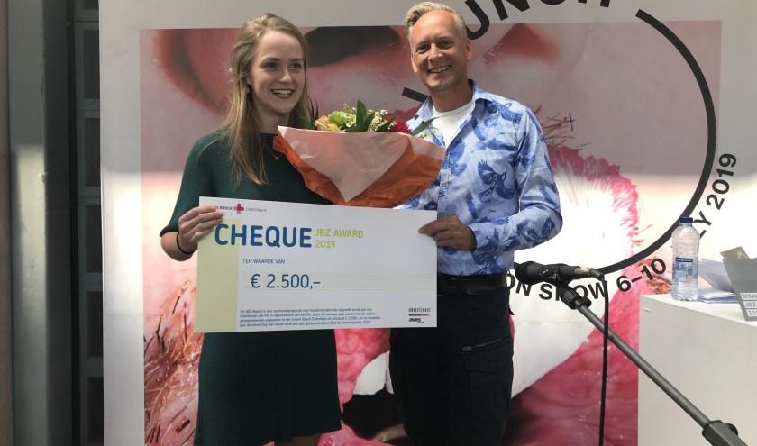 Robin Mommers (links) ontvangt2.500 euroom te besteden aan de uitvoering van nieuw werk.