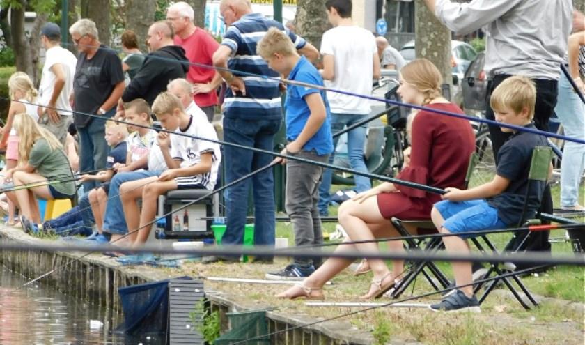 De viswedstrijd tijdens de Feestweek in 's-Gravendeel trekt altijd veel publiek én jonge deelnemers naar de Kreek. (foto: Arie Pieters)