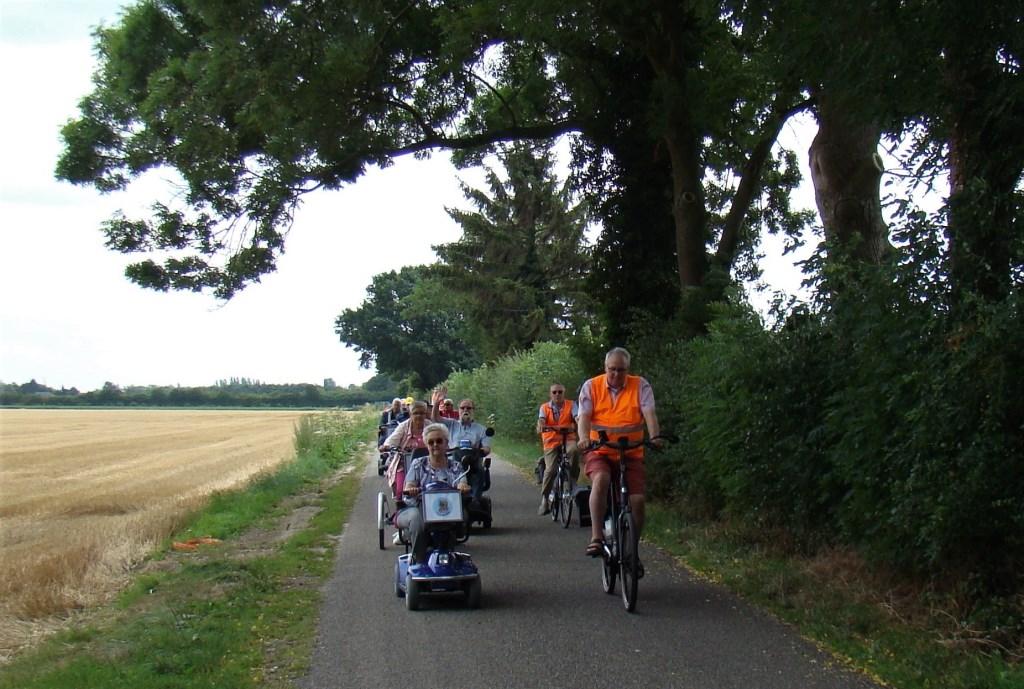 Een mooi plaatje in een lommerrijke omgeving. De deelnemers aan de toertocht van Flipje op wielen genieten volop. Foto: Cees van Cuijlenburg © DPG Media