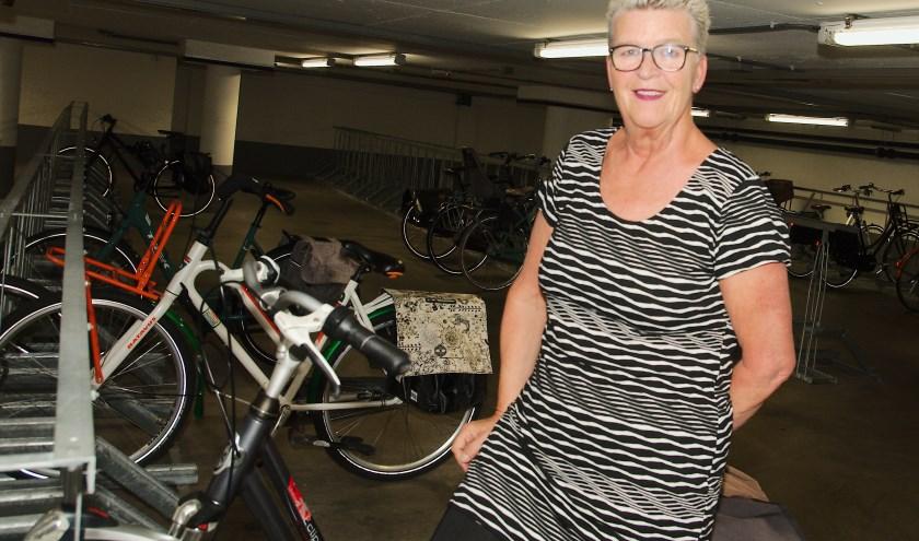 Gerrie Leurink in de fietrsenstalling onder het stadhuis van Apeldoorn. (foto Gert Perdon)