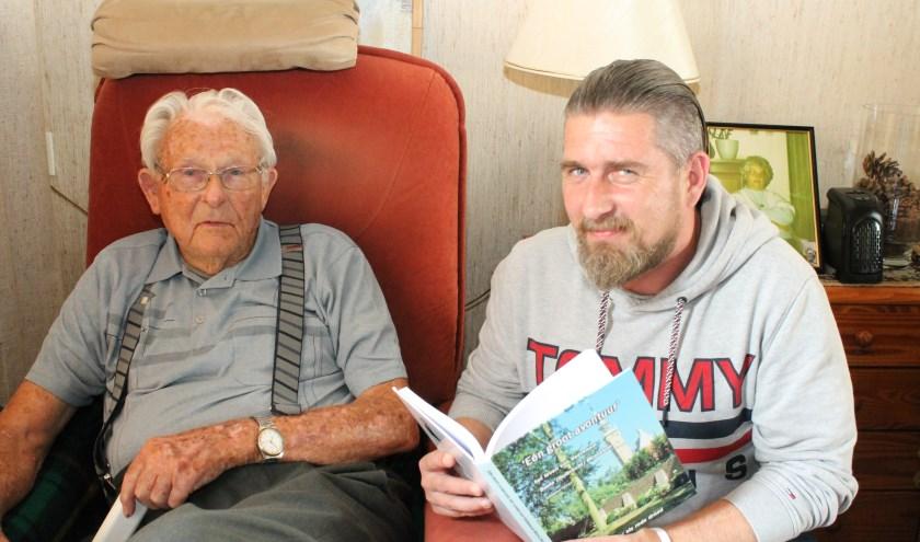 """Boete Minneboo sprak met  kleinzoon Michael over zijn ervaringen in  W.O II. """"Ik heb rotdingen meegemaakt, maar bleef gelukkig gezond."""" Foto: Leon Janssens"""